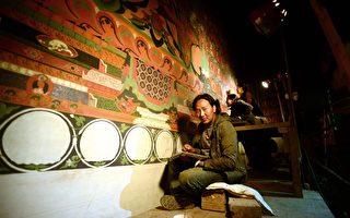 在尼泊尔临近西藏的上木斯塘,一批艺术家正致力修复古代寺院壁画、保存传统藏传佛教文化。图为艺术家次旺吉美在简培寺修复壁画。(PRAKASH MATHEMA/AFP/Getty Images)
