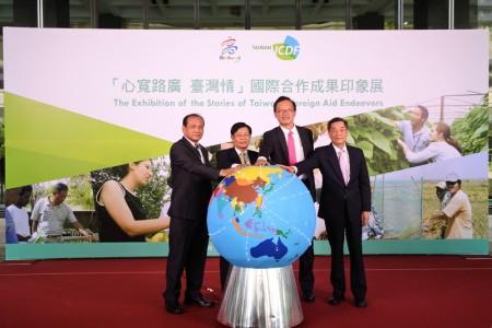 國合會與高市府23日共同舉辦外交成果展,向國人介紹台灣非官方國際合作事務,讓世界看見台灣。(高雄市政府提供)