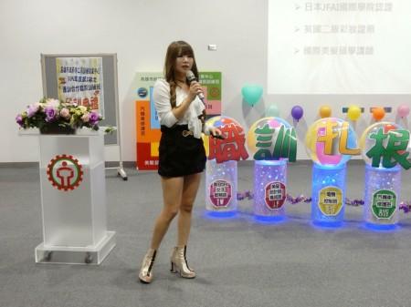 王雅君從學員變美容美髮講師,特別在開訓日前來勉勵學弟妹。(高市勞工局提供)