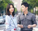 孔晓振(左)饰演气象主播与饰演资深记者的曹政奭,图为《嫉妒的化身》剧照。(爱奇艺提供)