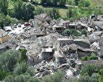 意大利中部24日发生里氏6.2强震,导致多座古城小镇严重受损。图为意大利阿斯科利皮切诺小镇震灾后的空拍图。(Giuseppe Bellini/Getty Images)