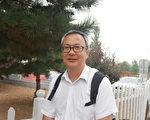 为胡为学辩护的梁小军律师在北京市昌平区法院外。(大纪元)