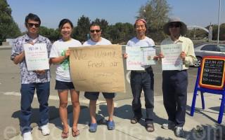 8月27日,硅谷苗必达居民到纽比垃圾场附近抗议。(李文净/大纪元)