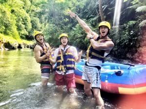 何润东(右)的告别单身之旅,白天就是去泛舟,玩水上运动,搞到大伙筋疲力尽。(达腾提供)