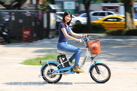 芳瑛试骑后推荐,KOGUMA是越南劳工外出购物、假日与朋友出游的最佳代步工具!(庄孟翰/大纪元)