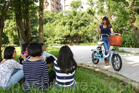 一到假日就会看到外劳聚集在一起聊天舒缓乡愁。若能一起骑电动自行车逛逛,了解当地的文化,更能融入当地生活。(庄孟翰/大纪元)