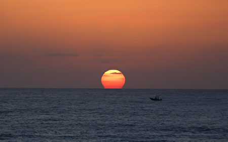 2016年7月8日,以色列北部城市海法,夕阳西沈。(AHMAD GHARABLI/AFP/Getty Images)