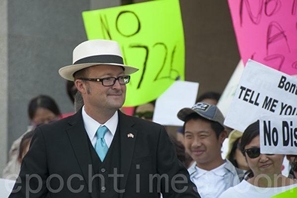 8月10日,加州第74选区众议员马修‧哈珀(Matthew Harper)在沙加缅度与抗议亚裔细分法案的民众在一起。(周凤临/大纪元)