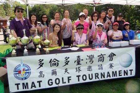 多倫多臺灣商會2015高爾夫球邀請賽檔案照,會長黃麗美(後排左6)與工作人員一起合照。(梁清祥提供)