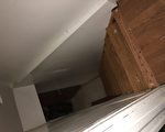 狹窄的地下室入口。 (于佩/ 大紀元)