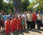 曼哈頓北區巡警指揮官奧瑞麗女士(Kathleen M. O'reilly,二排右五)與到場的華裔合影,右一為亞裔警民協會主席劉忠生。(于佩/ 大紀元) (于佩/大紀元)