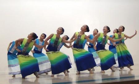 中華藝術協會第18屆暑期中國傳統舞蹈夏令營學員表演一週的學習成果。(王月娥/大紀元)