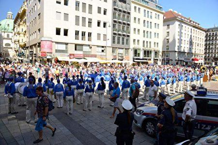 法輪功學員舉辦了遊行活動。遊行隊伍從史蒂芬大教堂廣場出發,經過著名的格拉本大街(Grabens)、霍夫堡王宮(Hofburg)、聯邦總統府廣場、英雄廣場,穿過維也納內城區,博物館廣場區,最後抵達維也納最大的購物大街──瑪利亞希爾夫大街(Mariahilfer Strasse)。(明慧網)
