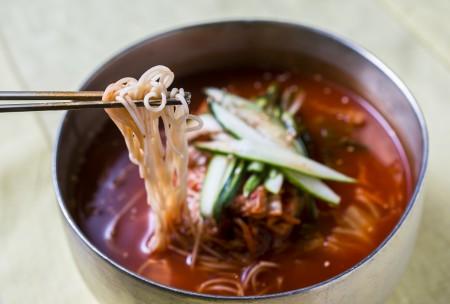 """开胃的泡菜最适合夏天食用了,这份""""泡菜冷面""""将泡菜汤和肉汤完美融合,滋味清甜香浓,吃后顿感开胃增力。(Samira Bouaou/大纪元)"""