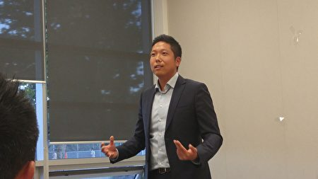 圖:資深保險經紀Patrick Chen正在分享人生經歷。(邱晨/大紀元)