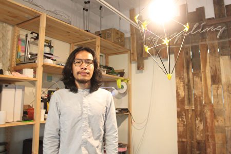 """阚凯宇与友人成立""""Makerbar Taipei"""",提供喜欢动手作的人创作空间,他也从中汲取相关创意。(中央社)"""