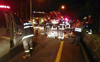 宜蘭縣消防局表示,14日晚間據報,蘇花公路125.7公里附近,一輛轎車翻覆排水溝,共造成4人無呼吸心跳,2人受傷,消防出動大批人員車輛,搶救送醫。(公路總局提供)