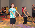 瑜伽博览会(The Yoga Expo)上法轮功功法学习厅内,人们在学炼法轮功功法。(何伊/大纪元)