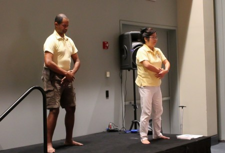8月20日,美國一年一度的瑜伽博覽會(The Yoga Expo)在首都城市華盛頓DC沃爾特.華盛頓會議中心(Walter E. Washington Convention Center)舉行。在濟濟一堂的法輪功功法學習廳內,華府法輪功學員范琳莎(右)在講解和教大家學習法輪功功法。(於析雨/大紀元)