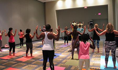 瑜伽博覽會上法輪功功法學習廳內,人們在學煉法輪功功法。(於析雨/大紀元)