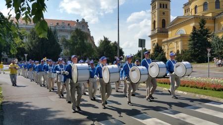 在Eger市大街遊行(大紀元)