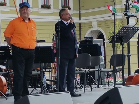 市長Habis先生在國慶日演講。(大紀元)