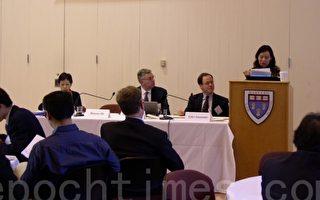在美國哈佛大學創先例開課討論1989年天安門血腥鎮壓的華裔教授何曉清認為,中國必須面對自己的過去和歷史,才會有未來。圖為何曉清在一場研討會上演說。(攝影:秦川∕大纪元)