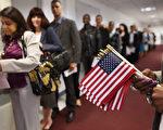 川普总统星期三(8月2日)宣布支持限制绿卡名额法案,要把每年合法移民人数逐步减半为五十万,并采用择优计点制度。(John Moore/Getty Images)