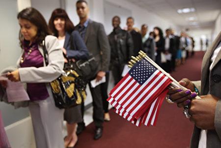 本周川普对移民问题的发言不若以往强硬,但立场是否改变仍待观察。(John Moore/Getty Images)