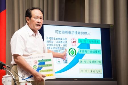 農委會主委曹啟鴻表示,9月1日開始將推動每週供應1~2餐有機營養午餐。(陳柏州/大紀元)