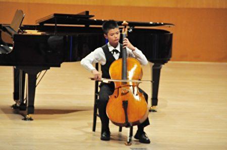 大提琴比賽,參賽選手聚精會神演奏,盡情發揮實力。(賴月貴/大紀元)