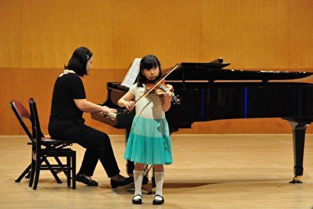 大提琴比賽,參賽選手小提琴比賽,小小年紀身手不凡。(賴月貴/大紀元)