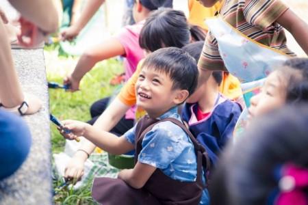 彩繪體驗課程讓學童感到新鮮、開心不已。(教育部)