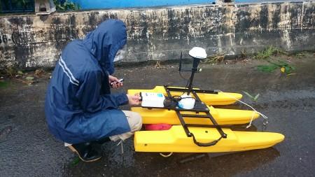 國研院颱洪中心人員颱風中進行都卜勒流速剖面儀量測準備。(國研院提供)
