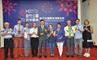 新竹市长林智坚(中)邀请全国民众探访新竹体会玻璃艺术创作之美。(新竹市府提供)