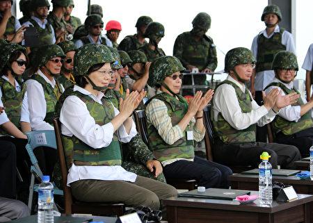 總統蔡英文25日頭戴鋼盔、身穿迷彩防彈背心,首度以三軍統帥身分視導漢光演習。(軍聞社提供)