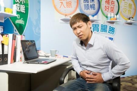 「上班族不正常作息對健康影響調查」發現,全台有高達八成二的上班族受「偽國際作息」影響,飽受便祕、消化不良等腸胃問題所苦。(陳柏州 /大紀元)
