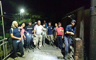 被尋獲的團員感謝搜救人員的協助(基隆消防局提供)