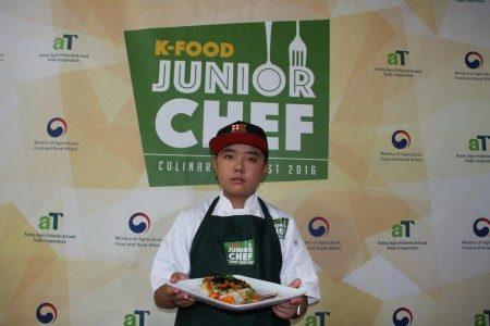 13歲的巴里(Barry)用了韓國泡菜、海苔製作「田園風光焗麵」獲得亞軍。(徐綉惠/大紀元)
