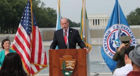 美国国家移民局局长罗德里格斯(Le□n Rodr□guez)带领新公民宣誓入籍。(何伊/大纪元)