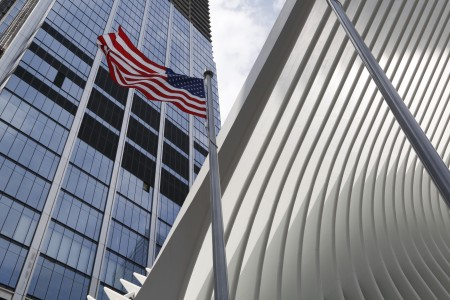8月16日紐約世貿購物中心舉行開幕升旗儀式。