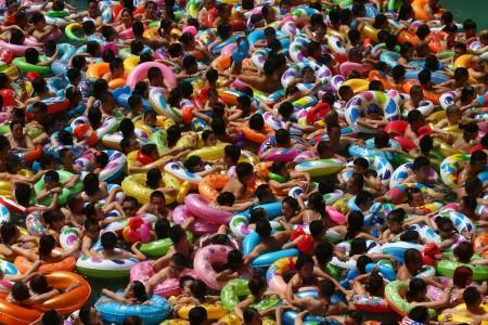 6千多人擁到遂寧大英縣中國「死海」度假區游泳,場面非常誇張。泳客就連轉身也非常困難,被媒體形容為「下餃子」。(AFP)