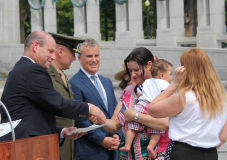 8月25日,33位来自中国等33个国家的移民在华盛顿DC二战纪念碑前宣誓成为美国公民。(何伊/大纪元)