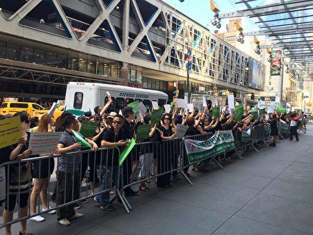 部分紐約亞裔美甲業主在《紐約時報》門前表示抗議。