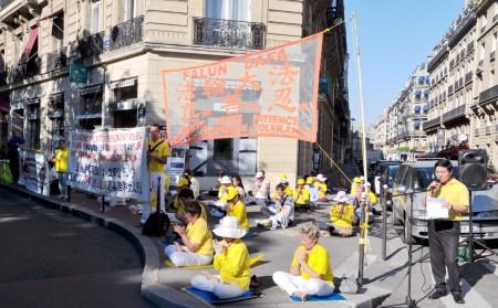 法國法輪功大法協會主席唐漢龍先生宣讀抗議書。(金湖/大紀元)
