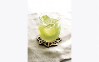 日本酒配綠茶。(日本酒造組合中央会提供)