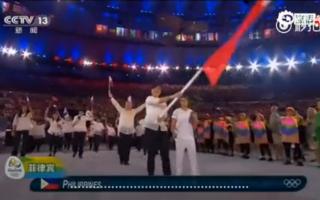 当菲律宾代表团入场时,一直在滔滔不绝解说的白岩松突然无语了。(视频截图)
