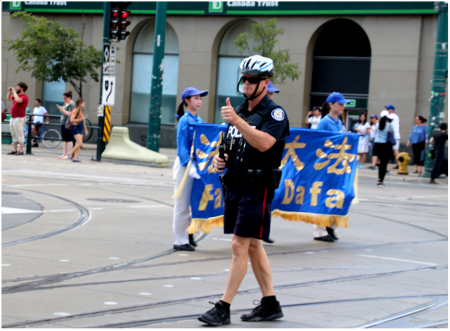 李放:为游行队伍开路的警察