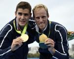 8月12日,法國賽艇選手耶利米.阿祖和皮埃爾.烏旺為法國隊在裡約奧運上摘來第三枚金牌。 (DAMIEN MEYER/AFP/Getty Images)