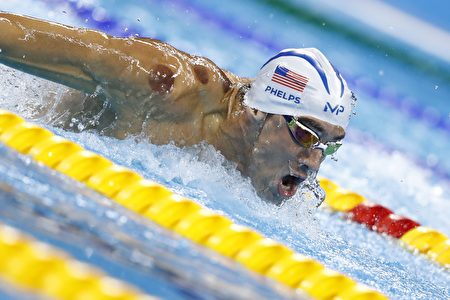 菲尔普斯肩头的拔罐印清晰可见。 (ODD ANDERSEN/AFP/Getty Images)